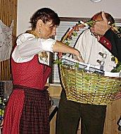 Moni übergibt Geschenkkorb
