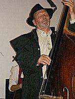 Bernhard träumt am Bass wie immer.